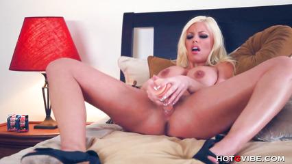 Зрелая блондинка от недотраха пихает игрушку в щелку
