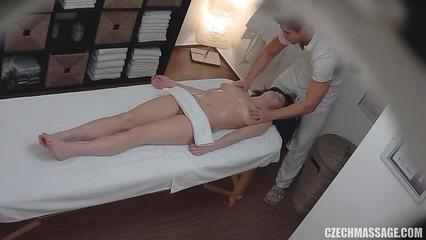 Девчонка в масле насладилась массажем и мастурбацией