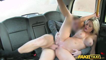 Блондинка в такси кончила от мастурбации и долбежки с водителем
