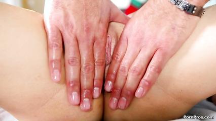 Опытный массажист доводит до сильного возбуждения и трахает клиентку