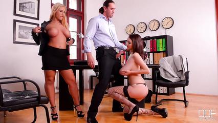 Джонни Синс поимел двух грудастых подруг в офисе