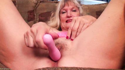 Старуха мастурбирует пизду розовым вибратором