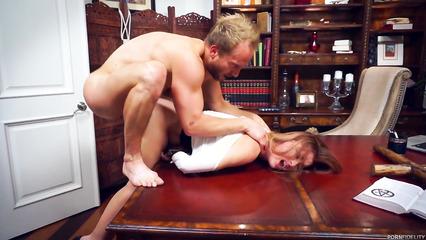 Жестко наказал секретаршу у себя в кабинте