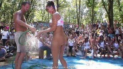 Разношерстные сучки участвуют в конкурсе мокрых маек на публике