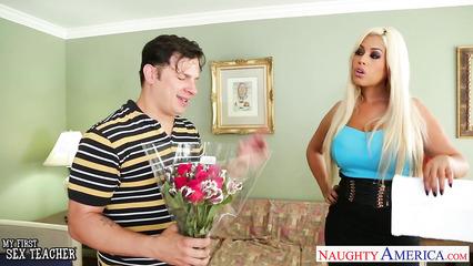 Стеснительный поклонник подарил цветы девушке и получил возможность трахнуть ее