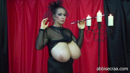Видео с грудастой бабенкой позирующей в мундштуком в руке