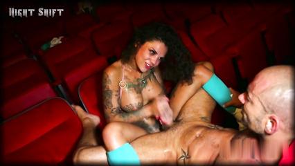 Бонни Роттен порется в жопу с лысым в кинотеатре