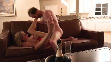 Мужик на диване дерет зрелую блондиночку до кремпая