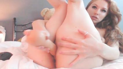 Милашка ласкает щелку пальчиками и пихает внутрь игрушку