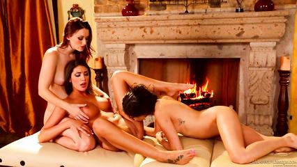 Лесбиянки вместо массажа устроили тройничок с кунилингусом