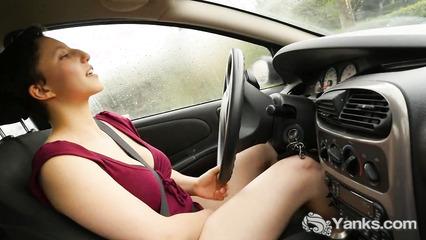 Телка во время вождения ласкает пилотку пальчиками
