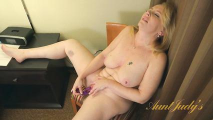 Пенсионерка терзает свою расщелину секс игрушкой и кончает