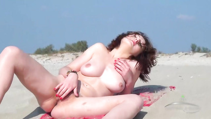 Голая деваха на пляже мастурбирует влажную пилотку